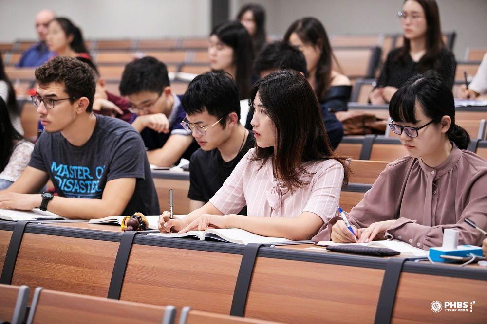 北大汇丰应届毕业生返校准备答辩,就业率逾93%
